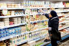 Покупательница в магазине Дикси в Москве 20 октября 2016 года. Потребительские цены в России с 1 по 7 ноября 2016 года выросли на 0,1 процента, как и на предыдущей неделе, сообщил Росстат в среду. REUTERS/Maxim Zmeyev