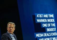 Las acciones del gigante de telecomunicaciones AT&T Inc y el grupo de medios Time Warner Inc caían en la contratación antes de la apertura el miércoles por el temor a que el nuevo presidente Donald Trump mantenga su promesa de impedir la fusión de las dos empresas, valorada en 85.000 millones de dólares. En la imagen de archivo, el consejero delegado de Time Warner Inc, Jeff Bewkes, explica los términos del acuerdo de fusión en una conferencia en Laguna Beach, California, el 25 de octubre. REUTERS/Mike Blake