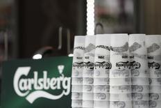 Carlsberg a relevé sa prévision de bénéfice annuel après avoir fait état d'une hausse de ses ventes en Russie. Le numéro trois mondial de la bière a annoncé que ses ventes à périmètre comparable au troisième trimestre avaient augmenté de 16% dans sa région Europe de l'Est. Elles ont atteint 3,15 milliards de couronnes alors que les analystes interrogés par Reuters attendaient 2,96 milliards. /Photo prise le 13 juin 2016/REUTERS/Gonzalo Fuentes