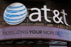 El logo de AT&T en una tienda en Nueva York, oct  29, 2014. Las acciones del gigante de telecomunicaciones AT&T y el grupo de medios Time Warner caían antes de la apertura de sesión del miércoles, debido al temor a que el presidente electo Donald Trump mantenga su promesa de impedir la fusión de las dos empresas en Estados Unidos, un acuerdo valorado en 85.000 millones de dólares.     REUTERS/Shannon Stapleton/File Photo