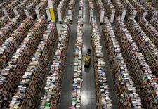 Un trabajador en el centro de distribución de Amazon en Phoenix, EEUU, nov 22, 2013. Los inventarios mayoristas de Estados Unidos subieron en septiembre poco menos de lo reportado previamente, dijo el miércoles el Departamento de Comercio.    REUTERS/Ralph D. Freso/File Photo