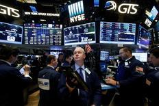 En la imagen, operadores trabajan en la Bolsa de Nueva York, EEUU, el 7 de noviembre de 2016.  Los mercados mundiales esperan las primeras señales de moderación de parte del presidente electo de Estados Unidos, Donald Trump, en los pasos que dará la próxima semana, mientras es probable que continúe el avance del dólar y de los rendimientos de los títulos públicos.REUTERS/Brendan McDermid