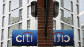 Imagen de archivo de un logo del Citibank reflejado en un vidrio en la City de Londres. 12 noviembre 2014. El banco estadounidense Citi se está preparando para trasladar hasta 900 empleos de Londres a Dublín como parte de sus planes de contingencia ante la salida de Reino Unido de la Unión Europea, informó el diario Sunday Times.  REUTERS/Stefan Wermuth