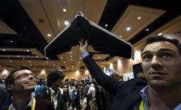 Des représentants de la compagnie Parrot font une démonstration de l'un de leurs drones au Consumer Electronics Show à Las Vegas. Parrot, plombé par l'accélération de ses dépenses dans un contexte de sous-performance de ses drones grand public, a fait état lundi d'une perte opérationnelle de 24 millions d'euros au troisième trimestre. /Photo prise le 4 janvier 2016/REUTERS/Rick Wilking
