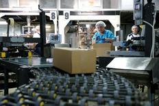 Empleados trabajan en una compañía de maní en Klimovsk, a las afueras de Moscú, Rusia, 20 de Octubre. La producción industrial de la zona euro bajó menos de lo esperado en septiembre, lastrada en gran parte a una fuerte bajada en los bienes de consumo duraderos, como coches o neveras, dijo el lunes la oficina de estadísticas de la Unión Europea.. REUTERS/Maxim Zmeyev - RTX2RDOA