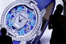 Richemont se prépare à supprimer jusqu'à 250 emplois dans le cadre de nouvelles mesures de réduction des coûts décidées face à la baisse de la demande pour l'horlogerie et la joaillerie, a-t-on appris lundi de source proche du dossier. Le groupe suisse, propriétaire de la marque Cartier et de l'horloger IWC, emploie 28.250 personnes dans le monde, dont le tiers, soit 8.500 collaborateurs, travaillent en Suisse. /Photo d'archives/REUTERS/Pierre Albouy