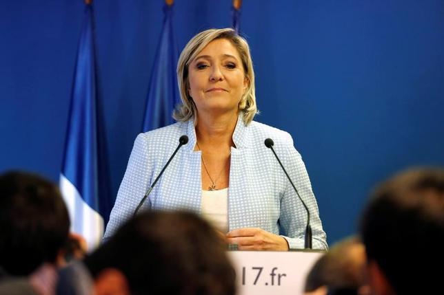 11月13日、フランス極右政党・国民戦線(FN)のマリーヌ・ルペン党首(写真)は、英BBC放送の番組に出演し、米大統領選でのドナルド・トランプ氏の勝利はエリート層に対する人民の勝利だと語った。仏ナンテールで9日撮影(2016年 ロイター/Charles Platiau)