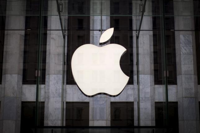 11月14日、米アップルが眼鏡型ウエアラブル端末事業への進出を検討している。ブルームバーグが関係筋の話として伝えた。写真はニューヨークで昨年7月撮影(2016年 ロイター/Mike Segar)