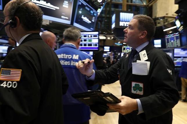 11月15日、米国株式市場は上昇し、ダウ工業株30種平均は終値で過去最高値を更新した。ニューヨーク証券取引所で日撮影(2016年 ロイター/LUCAS JACKSON)