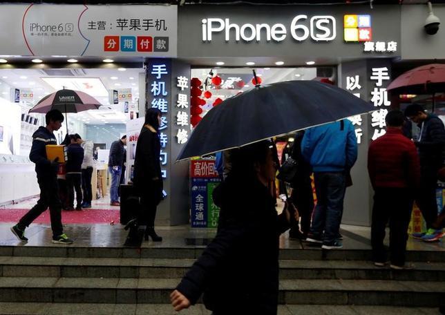 11月15日、中国消費者協会は、米アップル「iPhone」の一部モデルで、突然電源が落ちるという報告が「かなり多く」寄せられているとして同社に調査を求めた。深センで1月撮影(2016年 ロイター/Bobby Yip)