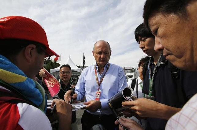 11月15日、自動車レースF1、マクラーレンは、35年にわたりチームを運営したロン・デニス会長(中央)が退任すると発表した。鈴鹿市で2014年10月撮影(2016年 ロイター/Toru Hanai)