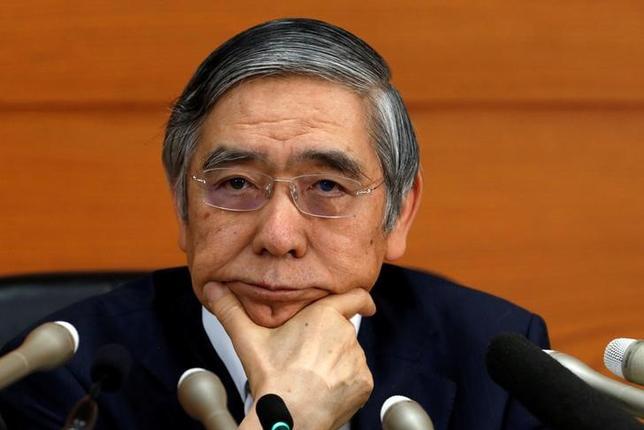 11月16日、日銀の黒田東彦総裁は午前の衆院財務金融委員会に出席し、地域銀行の2016年9月期の利益は減少しているが「依然として高水準にあるのも事実」と指摘した。写真は都内で1日撮影(2016年 ロイター/Kim Kyung Hoon)