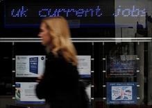 La tasa de desempleo de Reino Unido cayó por primera vez en los tres meses transcurridos tras la votación del Brexit al mínimo nivel en 11 años, pero hay algunas señales que podrían indicar una ralentización en el mercado laboral. En la imagen, una mujer pasa junto a un centro de empleo en el centro de Londres en agosto de 2011. REUTERS/Suzanne Plunkett/File Photo