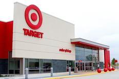 Target, qui est à suivre mercredi à Wall Street, a vu ses ventes comparables baisser moins qu'attendu au troisième trimestre et son bénéfice en hausse de 11%, meilleur que prévu, l'a amené à relever ses objectifs pour l'ensemble de l'année. /Photo prise le 17 mai 2016/REUTERS/Mike Blake