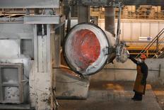 Рабочий на алюминиевом заводе рядом с Саяногорском. Темпы падения промышленного производства РФ в октябре 2016 года замедлились до 0,2 процента в годовом выражении после снижения на 0,8 процента в сентябре за счет относительного улучшения в обрабатывающих отраслях, но рост за 10 месяцев этого года был обусловлен исключительно добычей полезных ископаемых. REUTERS/Ilya Naymushin (RUSSIA - Tags: BUSINESS INDUSTRIAL COMMODITIES)