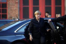 El Ministerio de Finanzas alemán rechazó el jueves un llamamiento del ejecutivo de la Unión Europea para que los gobiernos de los 19 países de la zona euro estimulen el crecimiento y el empleo relajando la política presupuestaria el año que viene. En la imagen, la canciller alemana Angela Merkel llega a visita a una brigada de jóvenes bomberos en Berlín, Alemania, el 14 de noviembre de 2016.    REUTERS/Axel Schmidt