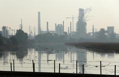 Una vista de la refinería Tesoro California, 2 de Febrero 2015.La refinería estadounidense Tesoro Corp dijo que comprará a Western Refining Inc por 4.100 millones de dólares para sumar unidades de refinación en Texas, Nuevo México y Minnesota. REUTERS/Robert Galbraith  (UNITED STATES - Tags: BUSINESS EMPLOYMENT CIVIL UNREST) - RTR4NYWR