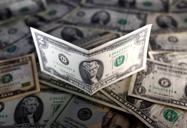 11月17日、米独10年債利回り格差が、少なくとも1990年以来の水準まで拡大した。写真はドル紙幣。7日撮影(2016年 ロイター/Dado Ruvic/Illustration)