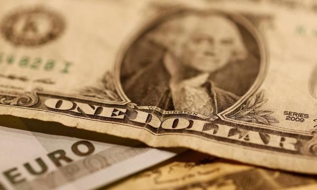 11月17日、終盤のニューヨーク外為市場では、ドルが主要通貨に対して上昇し、対円では節目の110円付近の水準になった。10月撮影(2016年 ロイター/Leonhard Foeger)
