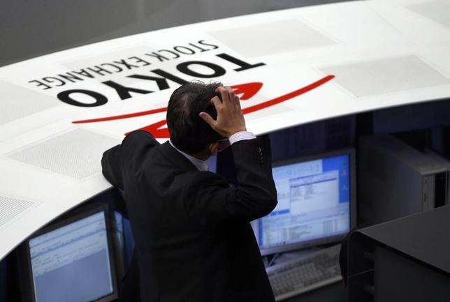 11月18日、前場の東京株式市場で、日経平均株価は前営業日比149円16銭高の1万8011円79銭と続伸した。写真は都内で2014年1月撮影(2016年 ロイター/Toru Hanai)