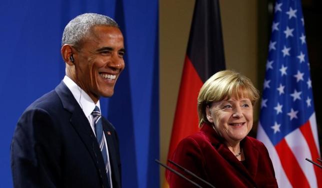 11月17日、オバマ米大統領が任期中最後となる外遊でドイツを訪問し、メルケル独首相との共同記者会見で、今度はビールの祭典「オクトーバーフェスト」が開催されている時期にドイツを訪れると語った(2016年 ロイター/Kevin Lamarque)