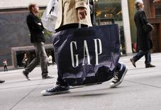Le groupe de prêt-à-porter Gap va fermer plus de magasins que prévu après un septième trimestre consécutif de baisse de ses ventes, d'autant qu'il n'attend pas d'amélioration pendant la période des fêtes. L'action cédait 4,9% à 29,21 dollars dans les échanges d'après-Bourse à Wall Street. /Photo d'archives/REUTERS/Lucas Jackson