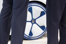 El fabricante alemán de automóviles Volkswagen y sus poderosos sindicatos han acordado un plan de reestructuración que contempla 30.000 despidos hasta 2021 en su marca principal para aumentar la rentabilidad y financiar la transición hacia los coches eléctricos y autoconducidos después del escándalo de las emisiones diésel, dijo una fuente a Reuters el viernes. En la imagen, persoans delante del coche eléctrico de Volkswagen I.D. en una conferencia de prensa en Guangzhou, China, el 17 de noviembre de 2016. REUTERS/Bobby Yip