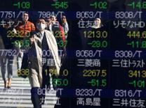 L'indice Nikkei de la Bourse de Tokyo a fini vendredi au plus haut depuis le 6 janvier dernier dans le sillage d'un renchérissement du dollar face au yen, évolution qui favorise les nombreux exportateurs de la cote. Le Nikkei a gagné 104,78 points, soit 0,59%. /Photo prise le 9 novembre 2016/REUTERS/Issei Kato
