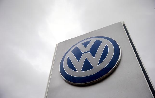 11月18日、独自動車大手フォルクスワーゲン(VW)は、主力の「VW」ブランドの立て直しに向け、ドイツで2万3000人を削減する計画を発表した。写真は同社のロゴ。2015年11月撮影(2016年 ロイター/Suzanne Plunkett/File photo)