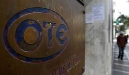 L'Etat grec a transféré vers l'agence des privatisations HRDAF une participation de 5% dans l'opérateur télécoms OTE en prélude à la vente de cette dernière. La cession de la moitié de la participation de l'Etat s'inscrit dans un programme de privatisation ambitieux visant à lever 14 milliards d'euros d'ici 2022. /Photo d'archives/REUTERS/Yiorgos Karahalis