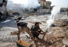 Membros das forças especiais iraquianas usam morteiro em Mosul.    17/11/2016     .  REUTERS/Goran Tomasevic