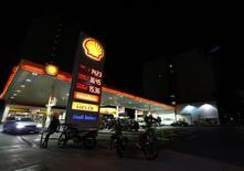 Estación de servicio de Shell en Buenos Aires Argentina, February, 3, 2016. El Gobierno de Argentina eliminará en las próximas semanas el subsidio al barril de petróleo de producción local que instauró con el fin de apuntalar los precios, lo que produciría una caída de entre 25 y un 30 por ciento en los valores del crudo, dijeron el viernes a Reuters fuentes del sector. REUTERS/Enrique Marcarian - RTS95MW
