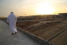 El consorcio de empresas españolas que están construyendo el tren de alta velocidad entre La Meca y Medina ha alcanzado un principio de acuerdo con el gestor saudí Saudi Railway Organization (SRO) para ampliar el plazo de finalización, dijo el viernes el Ministerio de Fomento. En la imagen de archivo, un hombre camina cerca de las obras del AVE en Yeda, Arabia Saudí, el 6 de mayo de 2016. REUTERS/Susan Baaghil