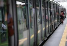 Una mujer se sube al metro en Lima, 29 de marzo, 2014. Japón tiene interés en invertir en la ampliación de líneas de metro para la capital de Perú que serán licitadas el próximo año en busca de mejorar su infraestructura vial, dijo el viernes el ministro de Transportes y Comunicaciones, Martín Vizcarra. REUTERS/Enrique Castro-Mendivi