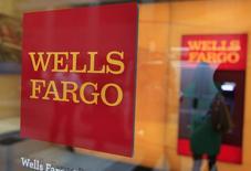 L'autorité américaine chargée de superviser les banques a fait marche arrière vendredi à propos de Wells Fargo pour annoncer un renforcement de son contrôle sur la banque californienne. /Photo d'archives/REUTERS/Shannon Stapleton