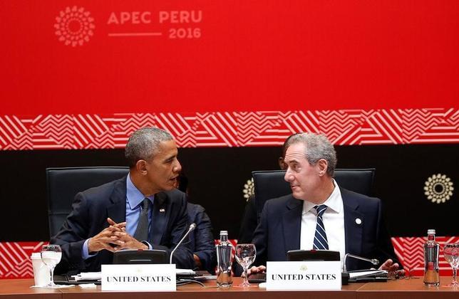 11月18日、米通商代表部(USTR)のフロマン代表(右)は、環太平洋経済連携協定(TPP)が発効しない場合、同協定にこれまでに署名した国は中国を中心に交渉が進められている「東アジア地域包括的経済連携(RCEP)」に焦点を移す用意があることを明らかにしたと述べた。写真はペルーの首都リマで19日撮影(2016年 ロイター/Kevin Lamarque)