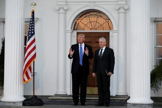 11月20日、米国のトランプ次期大統領は検討中の新政権の要職人事について考えを明らかにした。写真右は国防長官の最有力候補に浮上したジェームズ・マティス元中央軍司令官。19日撮影(2016年 ロイター/Mike Segar)