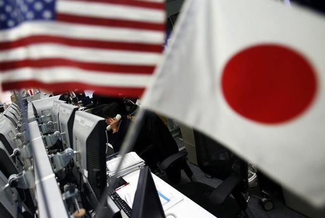 11月21日、正午のドル/円は、前週末ニューヨーク市場午後5時時点に比べ、ややドル高/円安の110.95/97円だった。写真は都内で2014年1月撮影(2016年 ロイター/Yuya Shino)
