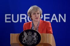 La primera ministra británica, Theresa May, comunicará el lunes a dirigentes empresariales que quiere bajar los impuestos corporativos al nivel más bajo de las 20 principales economías del mundo, informó el Daily Telegraph. En la imagen, Theresa May en una conferencia de prensa tras la cumbre europea en Bruselas el 21 de octubre de 2016. REUTERS/Eric Vidal/File Photo
