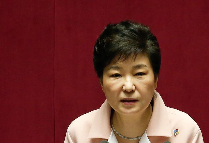 图为韩国总统朴槿惠。韩国反对党--国民之党发言人表示,将开始收集对总统朴槿惠弹劾案提议的连署签名;主要的在野党共同民主党发言人也称,将检视弹劾的条件。 REUTERS/Kim Hong-Ji