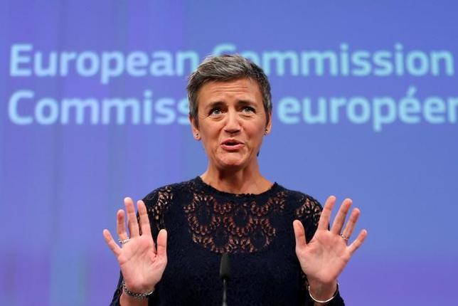 11月21日、日産自動車が英国内での新規投資決定に当たり、英政府が欧州連合離脱の悪影響が出ないよう支援を確約したことについて、欧州委員会のベステアー委員(写真)は、現時点で懸念される点はないとした上で、詳細がより明確になるのを待っていると述べた。ブリュッセルで7月撮影(2016年 ロイター/Francois Lenoir)