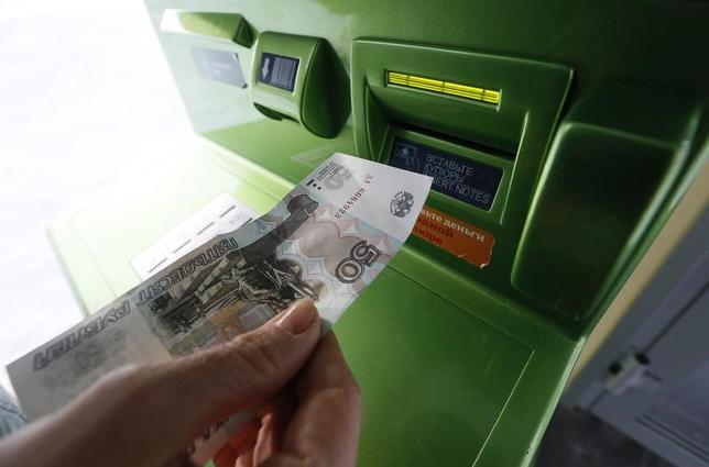 11月21日、サイバー犯罪者らは今年、現金の支払いを強要するマルウェア(悪意のあるソフトウェア)を用いて、欧州12カ国以上で現金自動預払機(ATM)を攻撃した。写真はロシアのクラスノヤルスクで昨年1月撮影(2016年 ロイター/Ilya Naymushin)