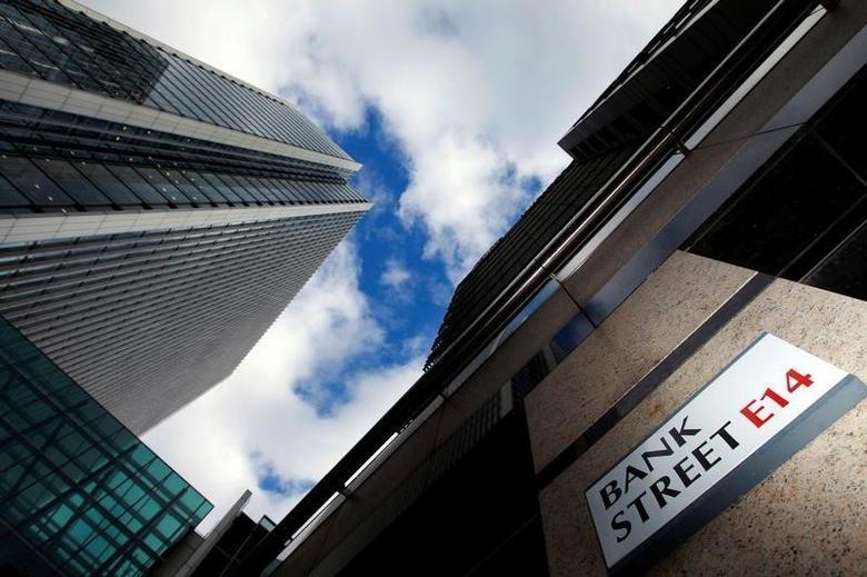 图为2010年10月资料图片,显示伦敦金丝雀码头银行街路标。REUTERS/Luke Macgregor
