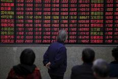 Inversionistas miran un tablero electrónico con información de la bolsa en Shangai,China,7 de marzo de 2016. Las bolsas de Asia rebotaban el miércoles a máximos en una semana, impulsadas por un repunte de Wall Street en la sesión anterior, y el dólar mantenía su fortaleza frente a otras monedas.REUTERS/Aly Song/File Photo     TPX IMAGES OF THE DAY      - RTX2GA4V