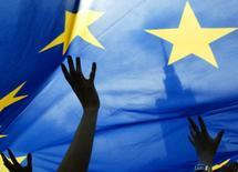 En la foto de archivo la bandera de la Unión Europea delante del Palacio de la Cultura en Varsovia el 15 de mayo de 2005. Los negocios de la zona euro se expandieron en noviembre al ritmo más alto en todo el año, gracias a la fuerte actividad manufacturera y a un repunte de los nuevos pedidos, si bien las empresas por lo general mantuvieron los precios sin variaciones, mostró el miércoles una encuesta. REUTERS/Katarina Stoltz