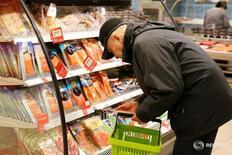 Покупатели в супермаркете Виктория в Москве 20 октября 2016 года. Потребительские цены в России с 15 по 21 ноября 2016 года выросли на 0,2 процента после роста на 0,1 процента три недели подряд, сообщил Росстат в среду. REUTERS/Maxim Zmeyev