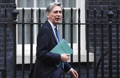 Reino Unido recortó oficialmente el miércoles sus previsiones de crecimiento económico para los próximos dos años, dijo el ministro de Finanzas Philip Hammond, al esbozar el primer plan presupuestario del país desde que los votantes decidieron abandonar la Unión Europea. En la imagen, el ministro de Finanzas Philip Hammond  sale del número 11 de Downing Street en Londres, Reino Unido, el 23 de noviembre de 2016.  REUTERS/Toby Melville