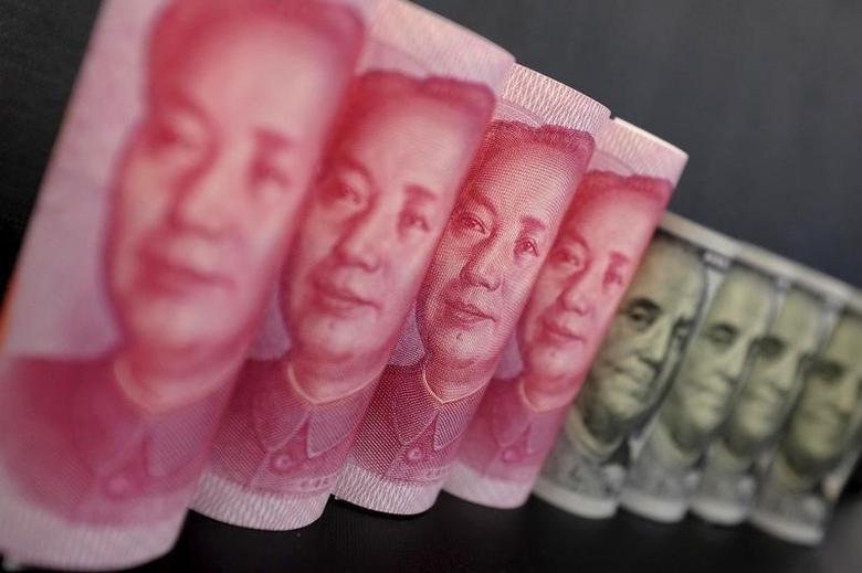 2016年1月21日,图为百元面值的人民币及美元纸币。REUTERS/Jason Lee