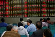 """Инвесторы в брокерской конторе в Шанхае. 21 апреля 2016 года. Китайский индекс """"голубых фишек"""" CSI300 повысился четвертый день подряд по итогам торгов четверга на фоне скупки инвесторами ценных бумаг циклических компаний, тогда как акции растущих компаний испытывают давление продаж. REUTERS/Aly Song/File photo"""