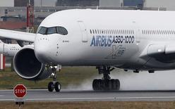 Airbus, dont l'A350-1000 a décollé pour la première fois jeudi matin, a dit surveiller de très près ses fournisseurs de cabines afin de respecter ses objectifs de livraison des deux versions de son long-courrier. /Photo prise le 24 novembre/REUTERS/Régis Duvignau
